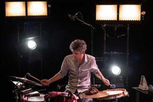 Pablo Cabra tocando bateria en Sistemas Binarios